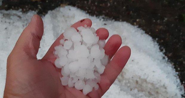 Některé ledové kroupy měly v průměru i několik centimetrů.