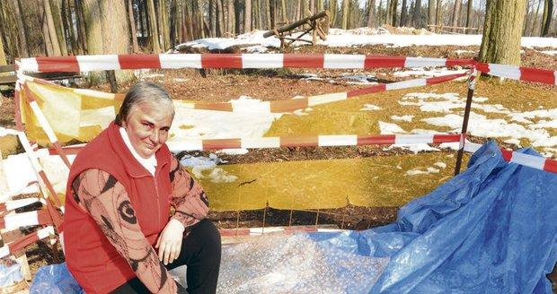 Kastelánka Krasava Šerkopová vykopala sama tuto jámu a na jejím dně našla kbelík, který celou záhadu způsobil