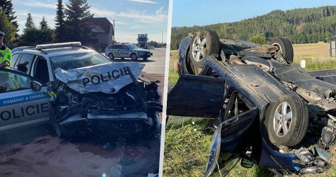 Nehoda policejního a civilního vozu si vyžádala několik zraněných.