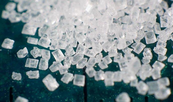 krystaly běžného rafinovaného cukru