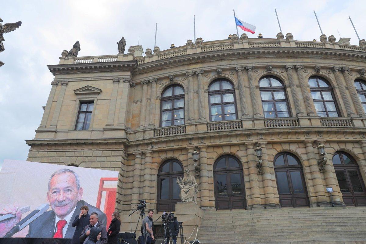 Lidé se postupně shromažďují před budovou pražského Rudolfina, kde se uskuteční smuteční akce k uctění památky zesnulého šéfa Senátu Jaroslava Kubery (3. 2. 2020)