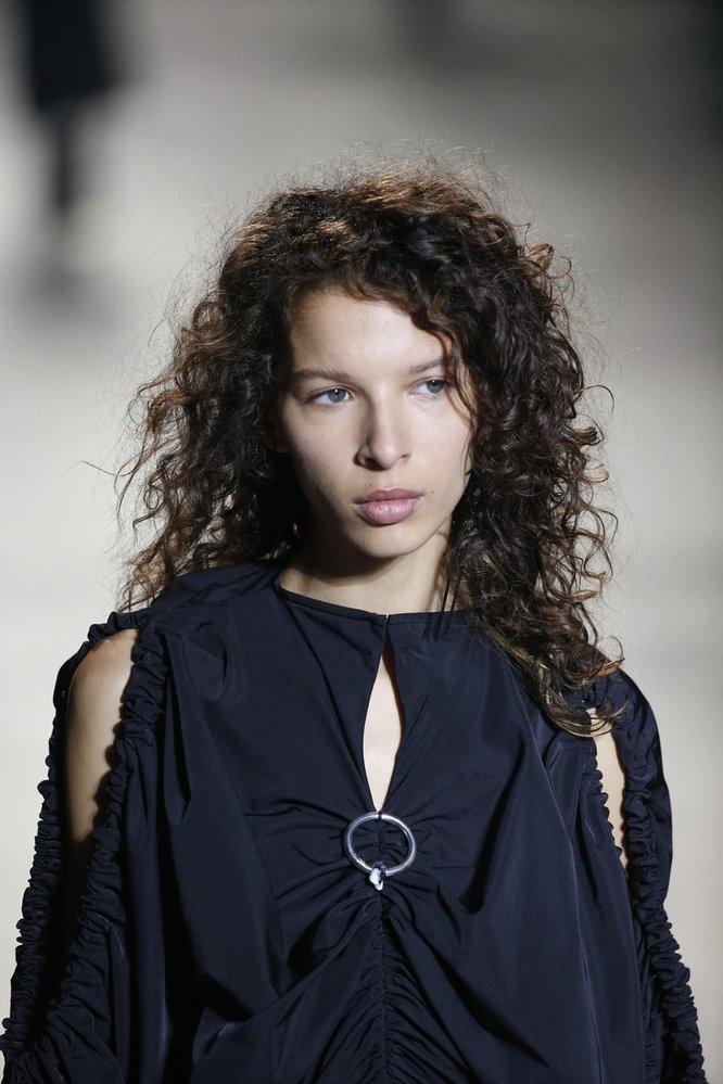Kudrnatý vlasový trend Ellery