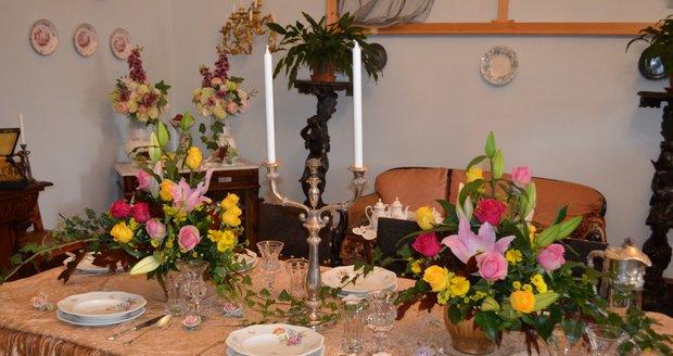 Květinová aranžmá zdobí všechny reprezentativní pokoje zámku.
