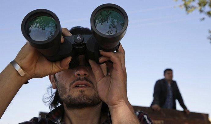 Kurdové hlídkující u turecko-syrských hranic nedaleko Kobani