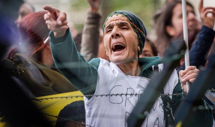 Kurdové protestují před tureckou ambasádou v Bruselu proti turecké neochotě zasáhnout proti islamistům v Kobani