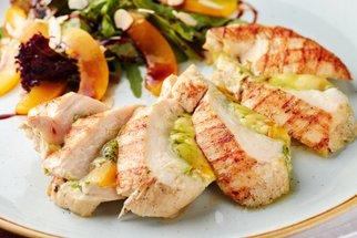 Kuřecí prsa s broskví a mozzarellou: Retro specialita, jak ji neznáte!