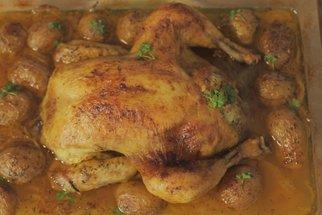 Nadívané kuře s pečenými brambůrky z jednoho pekáče podle Koko