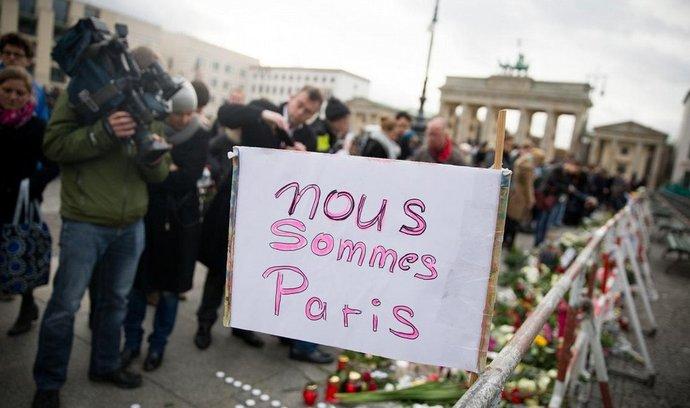Květiny po útocích v Paříži před francouzskou ambasádou v Berlíně