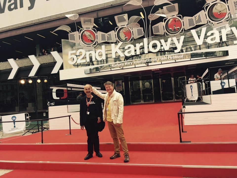 Jiří X. Doležal s režisérem Igorem Chaunem na červeném koberci.