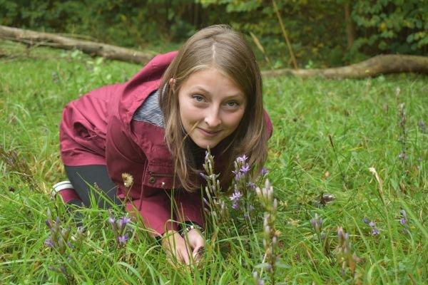Studentka Kateřina Přibylová (21) obdivuje krásu hořečku mnohotvarého českého.