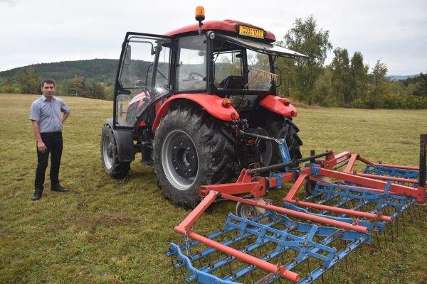 Zemědělec Jiří Mikeš může louky sekat až po odkvětu vzácné rostlinky a musí je zbavovat i mechu.