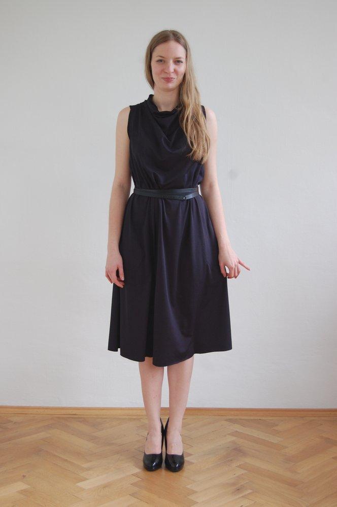 Šaty SEVENTEEN s kapsami z nanomateriálu od návrhářky Lady Vyvialové. 4959 Kč. Koupíte na www.molo7.cz
