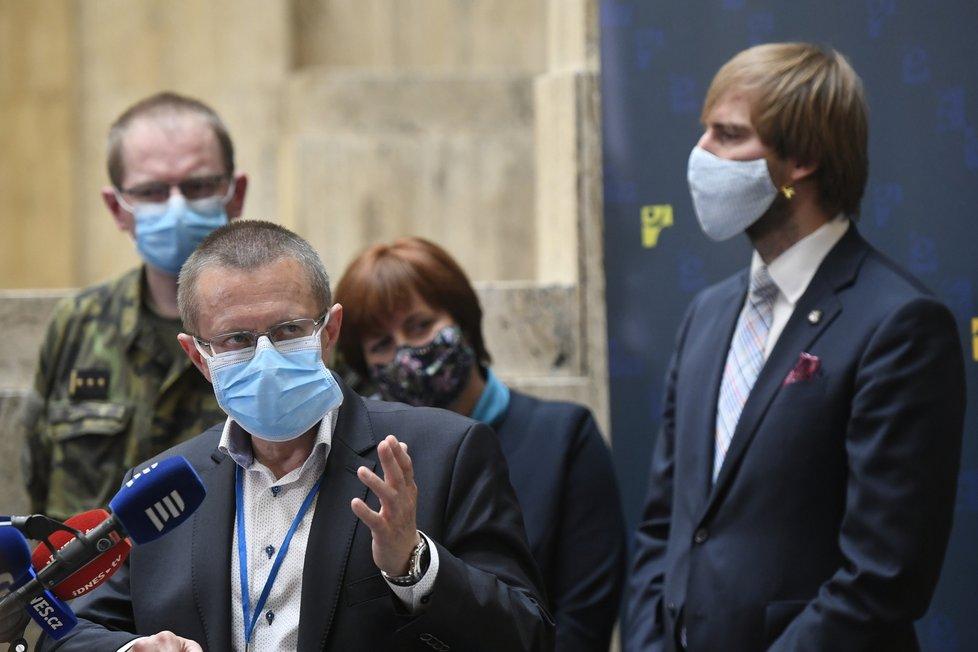 Tisková konference k průběhu pandemie: Šéf ÚZIS Ladislav Dušek a ministr zdravotnictví Adam Vojtěch (za ANO) (22.5.2020)