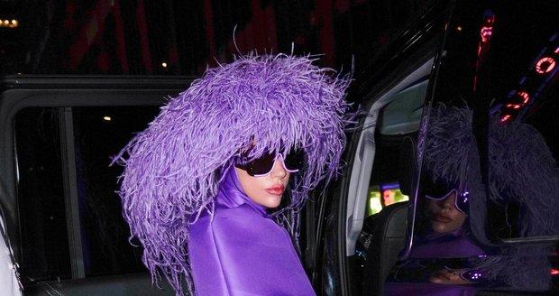 Lady Gaga ve fialovém modelu