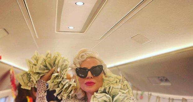 Lady Gaga na palubě soukromého letadla ukázala boa ze stodolarovek.