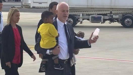 Zástupce ministryně zahraničí Lapo Pistelli s dětmi