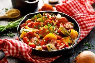 Lečo: Vyzkoušejte naše osvědčené recepty na oblíbenou prázdninovou večeři!