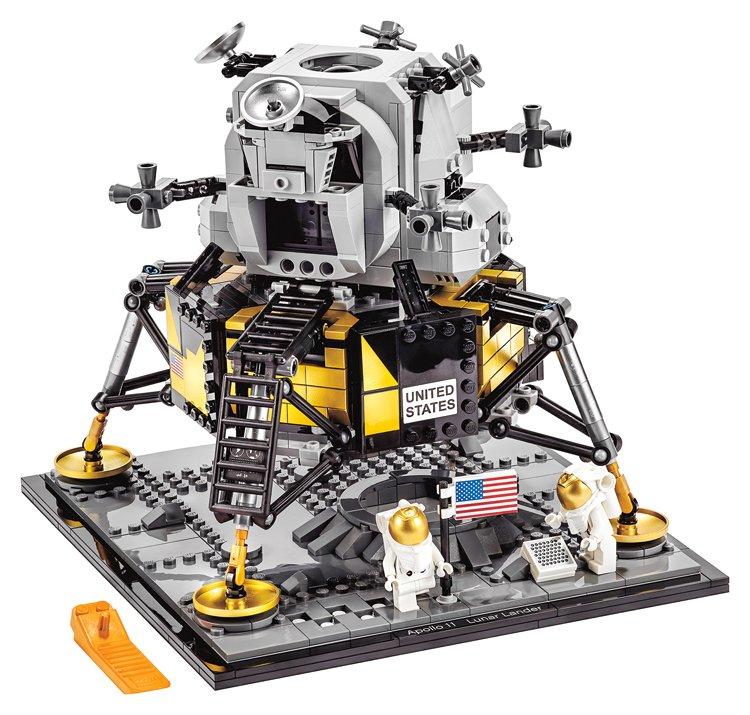 Lego lunární modul Apolla 11 má přes 20 cm na výšku, 22 cm na šířku a je 20 cm hluboký