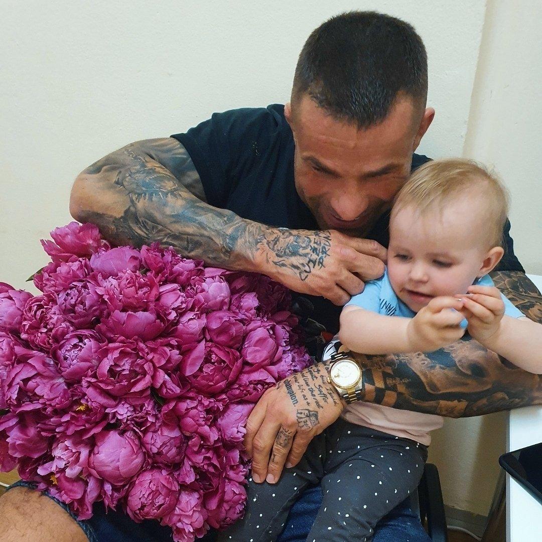 Karlos Vémola přinesl své milované Lele krásný pugét.