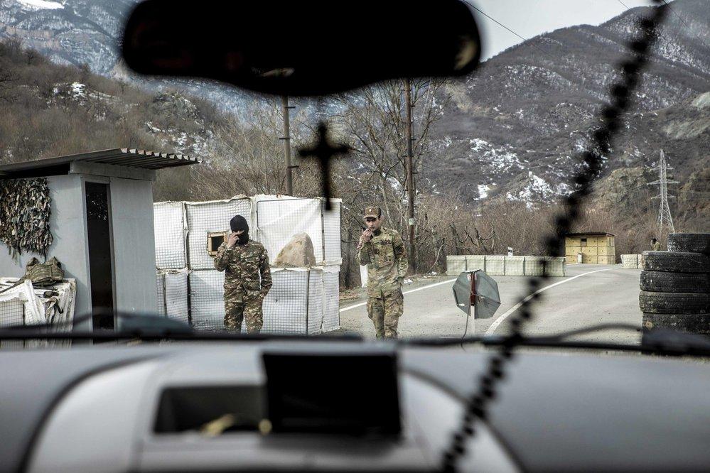 Checkpoint mezi územím nově dobytým Azery a arménskou částí Náhorního Karabachu