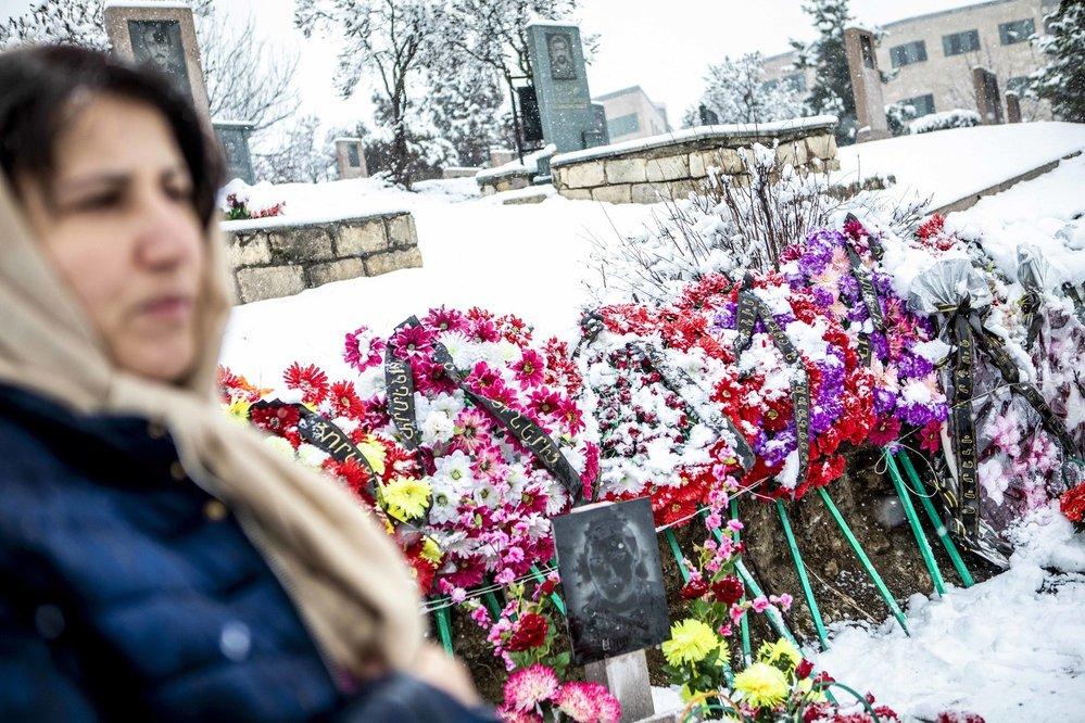 Je dva měsíce po válce, tuhá zima, a přesto jsou hroby padlých obsypány květy. Matky a manželky mrtvých vojáků přicházejí každý den.