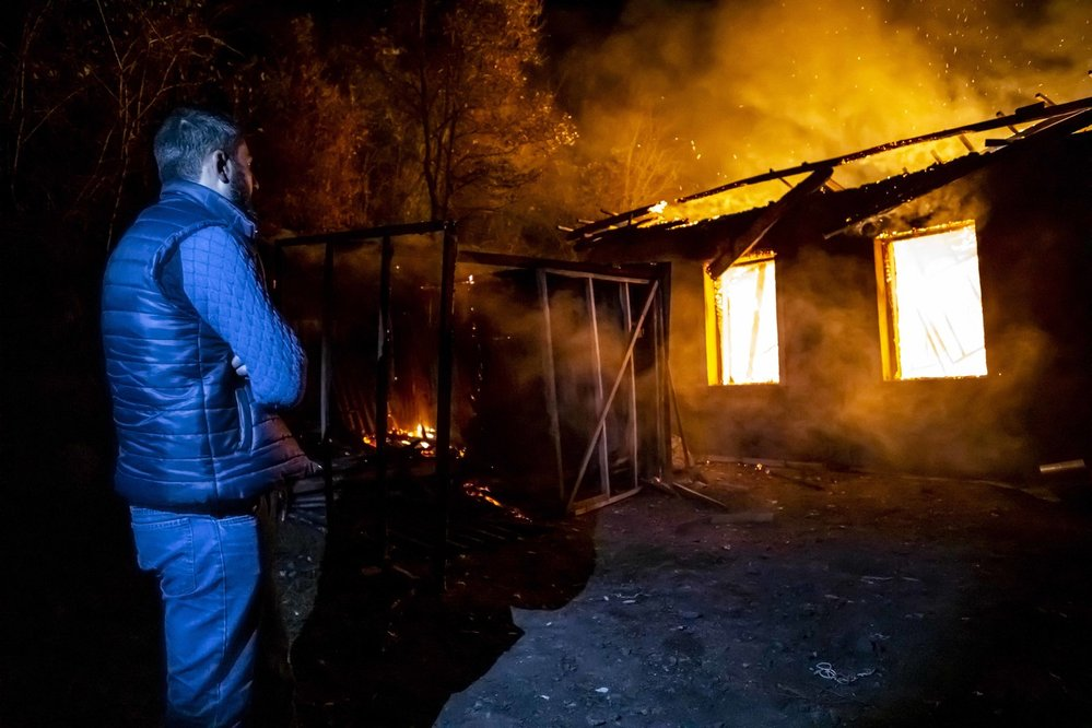 Arméni dostali pár dní na to, aby opustili svoje domy na dobytém území. Zapalují je, aby je nedostali Azeři.