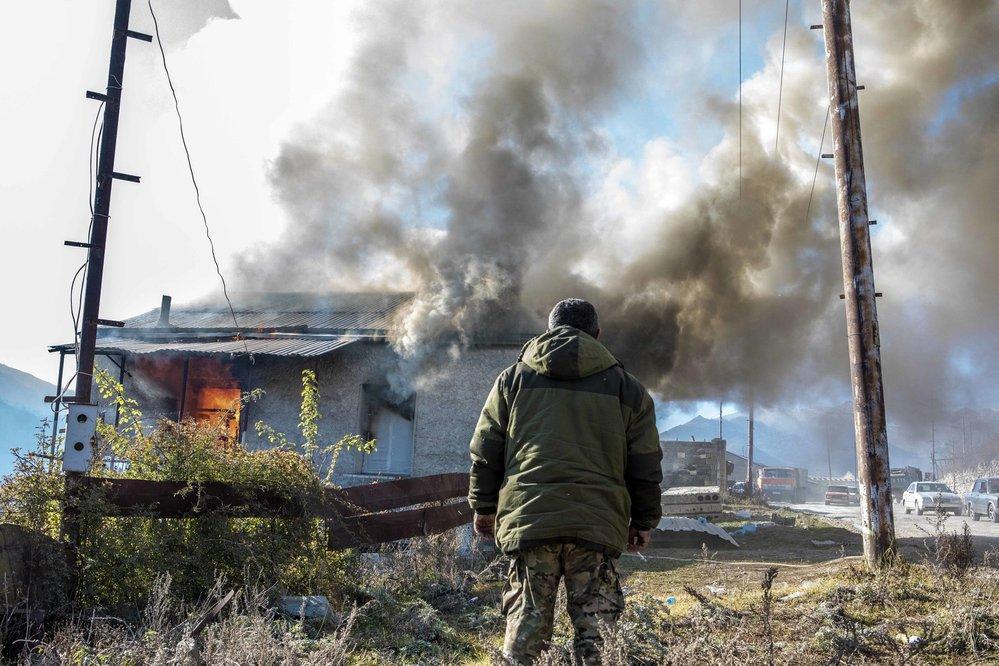 Poslední zapálí vesnici. Hořící Karvačar, nyní již území Ázerbájdžánu.