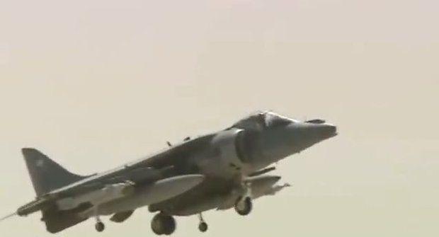Pilot hořícího letadla se katapultuje v poslední vteřině