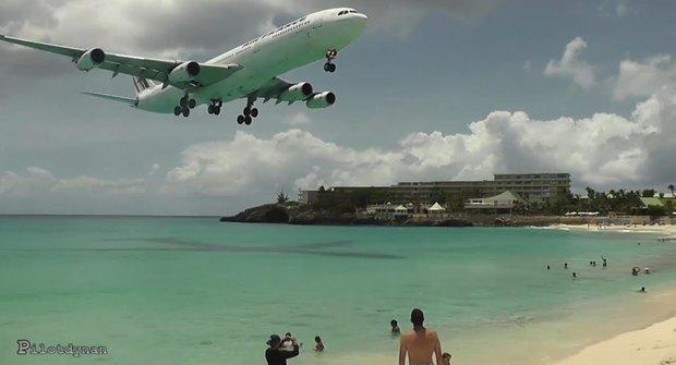 Piloti z Karibiku: Letadla přistávají skoro na pláži