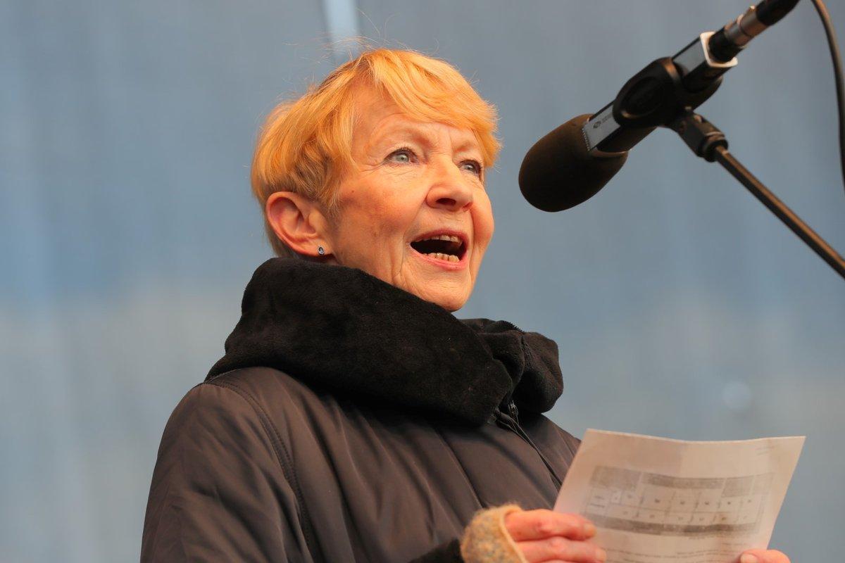 Herečka Daniel Kolářová hovoří během demonstrace na Letenské pláni spojené s 30. výročím sametové revoluce (16. 11. 2019)