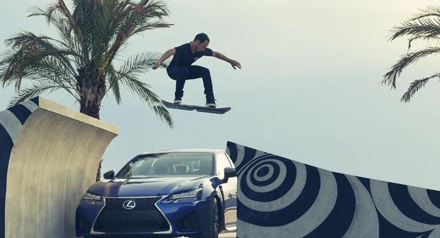 Lexus představil skateboard bez koleček!