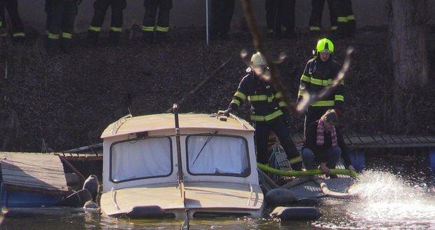U Libeňského ostrova se částečně potopila loď.