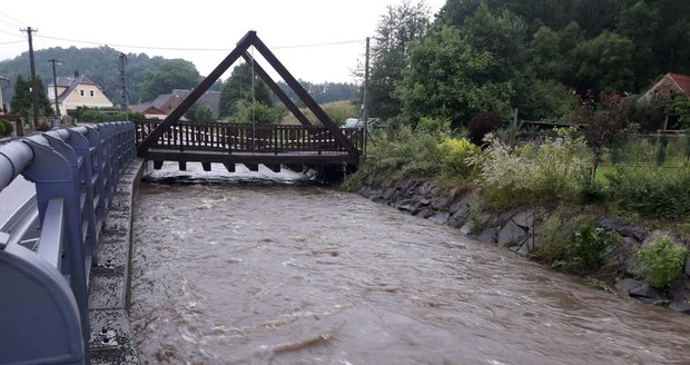 Déšť zvedl hladiny řek v Libereckém kraji (17. 7. 2021).