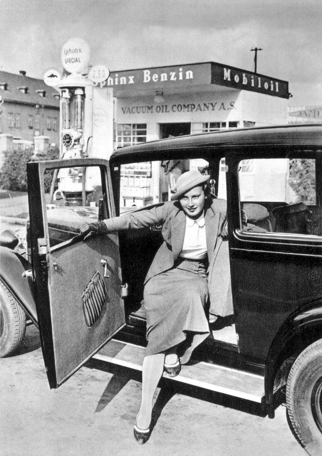 Lída Baarová na snímku z 30.let vystupuje z automobilu před čerpací stanicí.