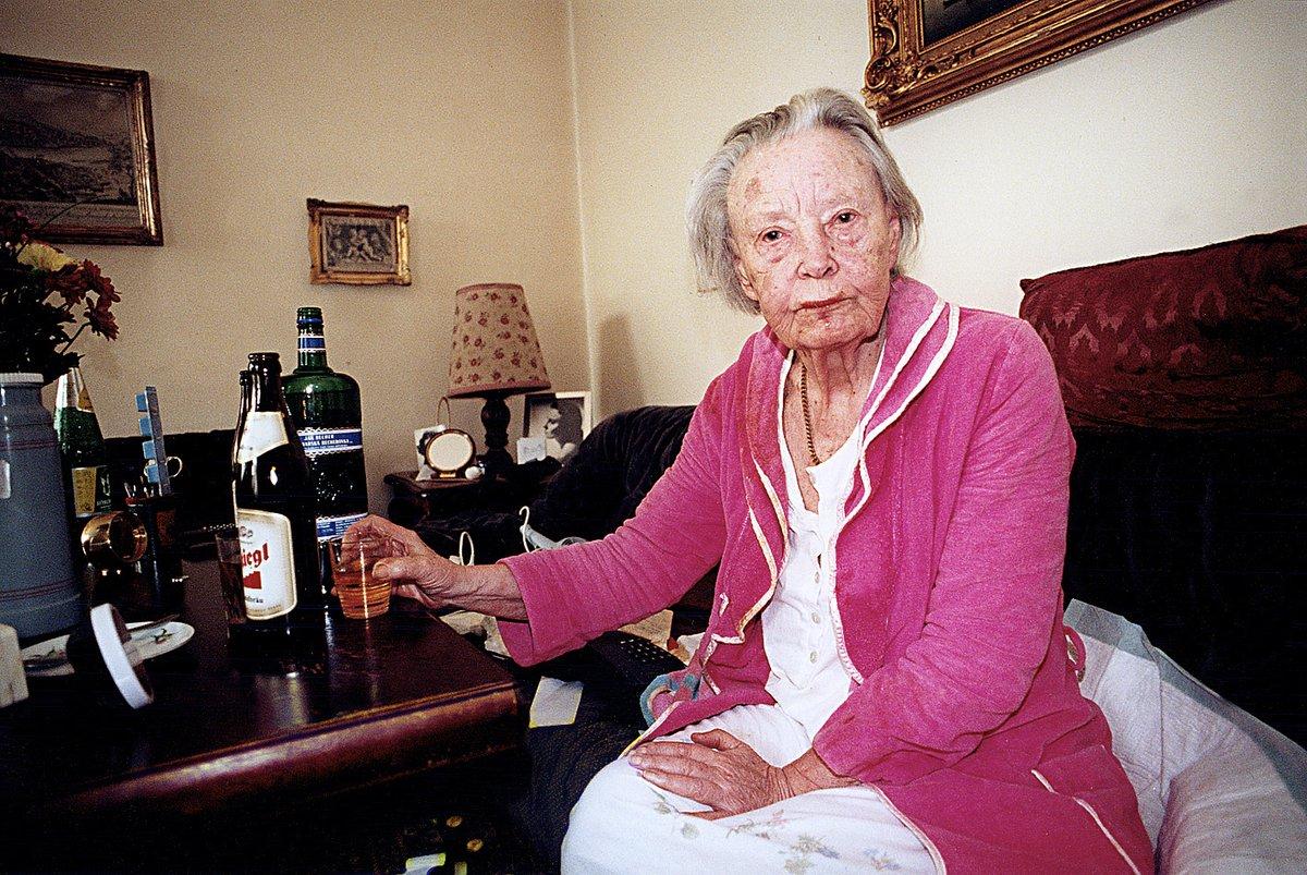 1999: Ke konci života nevycházela herečka z bytu, byla zbavena svéprávnosti a utápěla žal a samotu v alkoholu.
