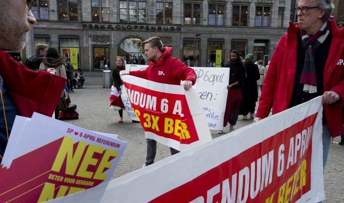Lidé demonstrující proti asociační dohodě EU-Ukrajina