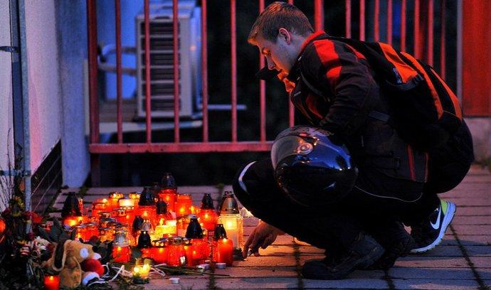 Lidé na místě tragédie ve Žďáru nad Sázavou zapalovali svíčky