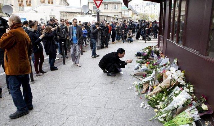 Lidé pokládají květiny u pařížské restaurace, kde došlo k atentátu