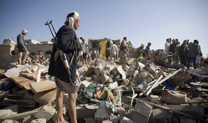 Lidé prohlédávají trosky v hlavním městě Jemenu Saná po leteckých útocích saúdskoarabské armády.