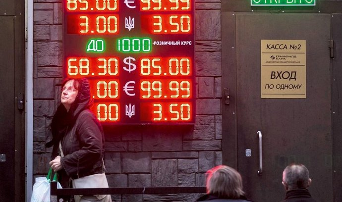 Lidé sledují vývoj cen rublu