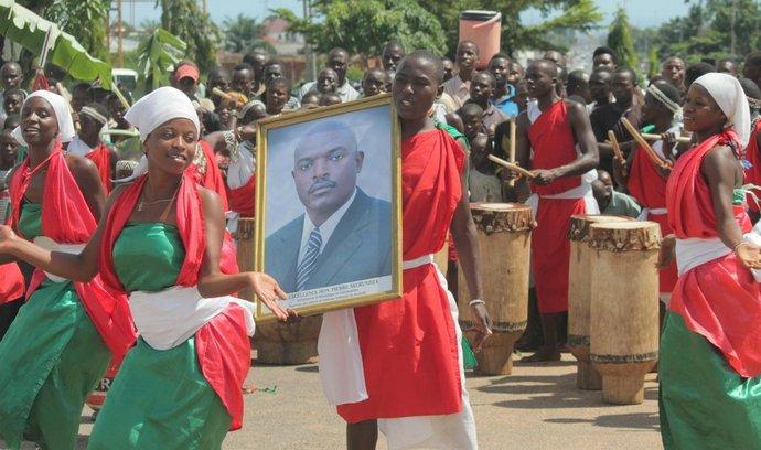 Lidé v Burundi oslavují návrat prezidenta Pierra Nkurunzizy