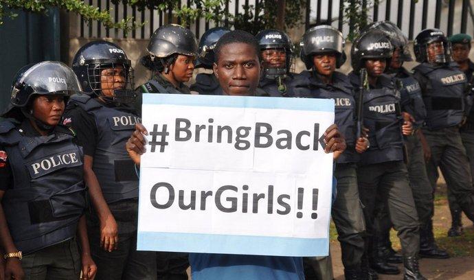 Lidé v Nigérii demonstrovali za návrat školaček unesených teroristy z Boko Haram