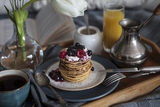 Tipy na snídaně do postele: Lívance, vejce Benedikt nebo zapečená italská bageta