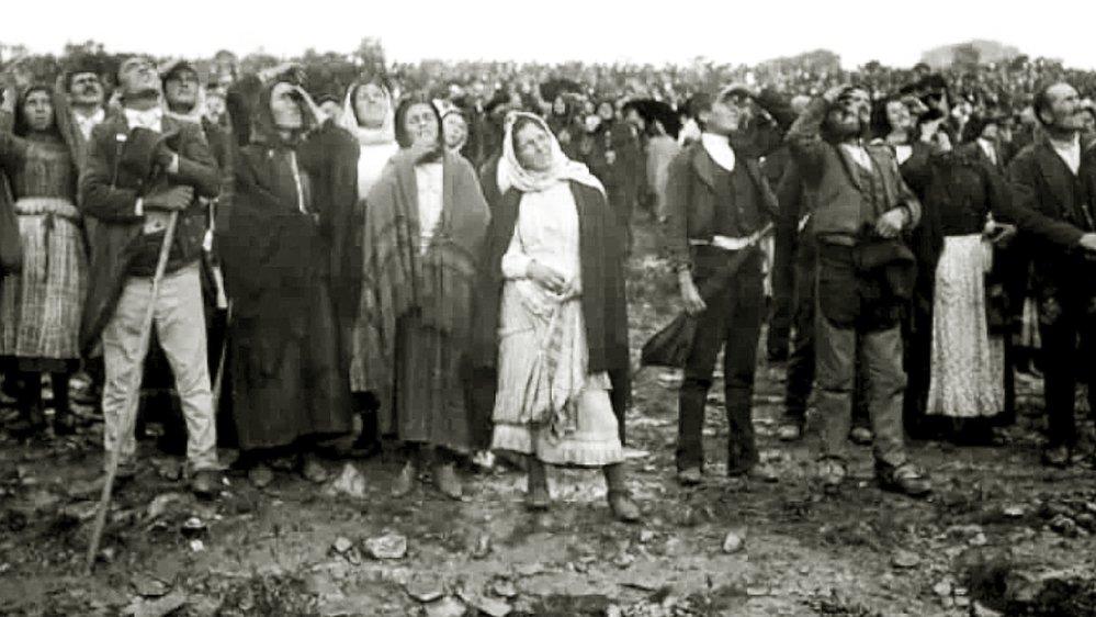 Z události existuje mnoho fotografií shromážděného davu – ani jedna ale nezachycuje samotný zázrak.