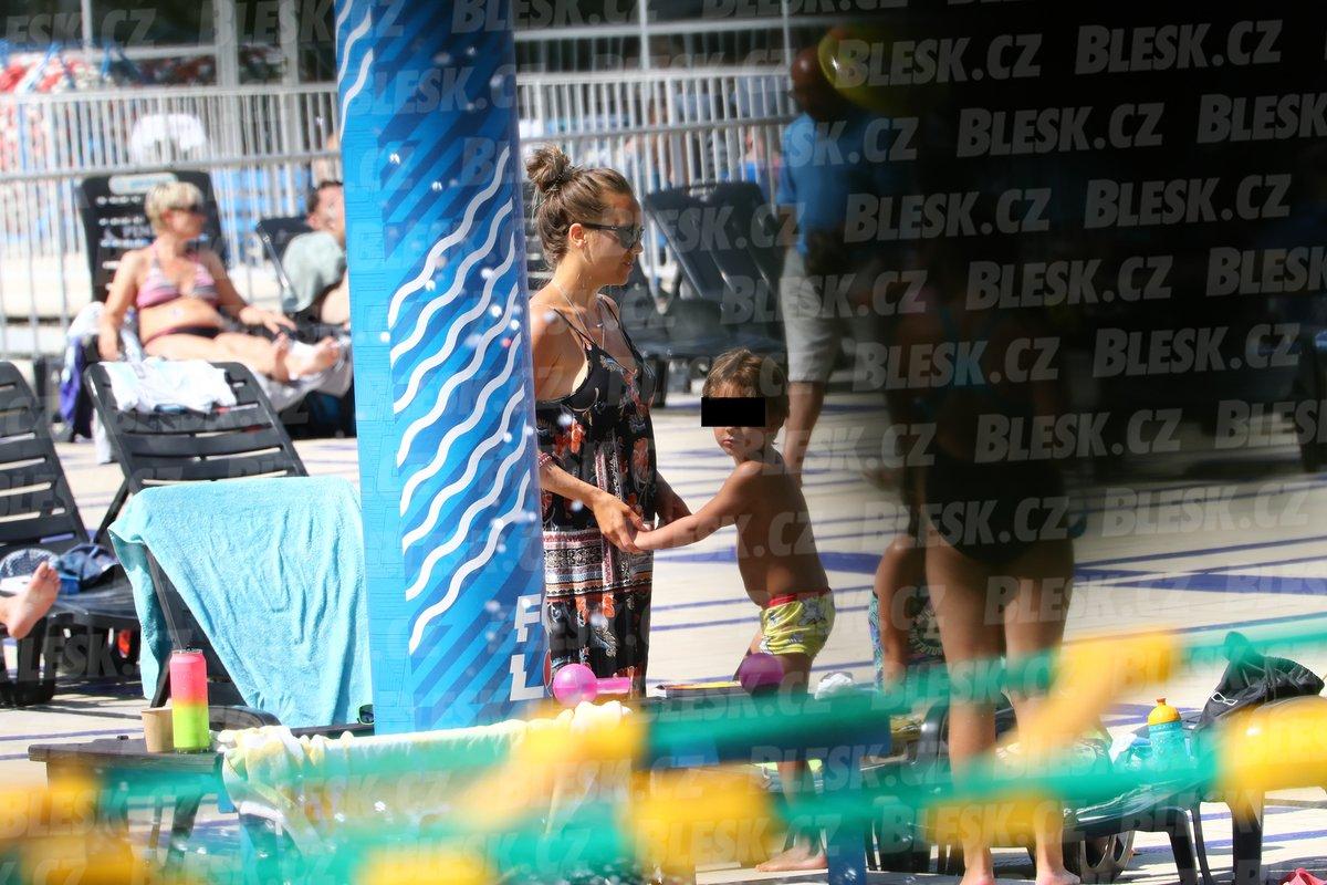 Lucie Vondráčková a Petr Vojnar s dětmi na koupališti v Podolí.