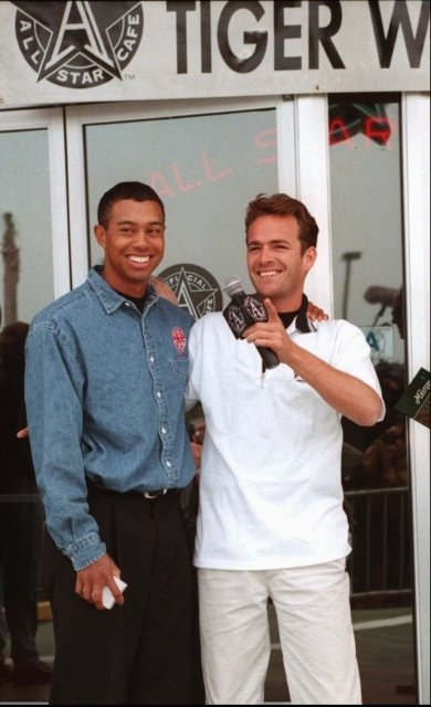 Luke Perry a Tiger Woods.