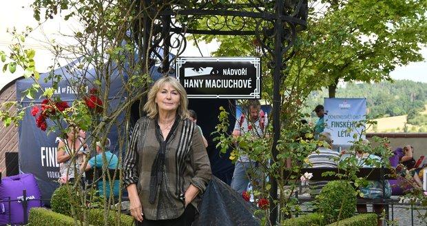 Eliška Balzerová hrála s Hanou Maciuchovou v Divadle na Vinohradech. Dokonce měly společnou šatnu.