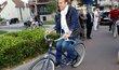 Prezident Macron se svou manželkou vyrazili k volebním urnám na kole.