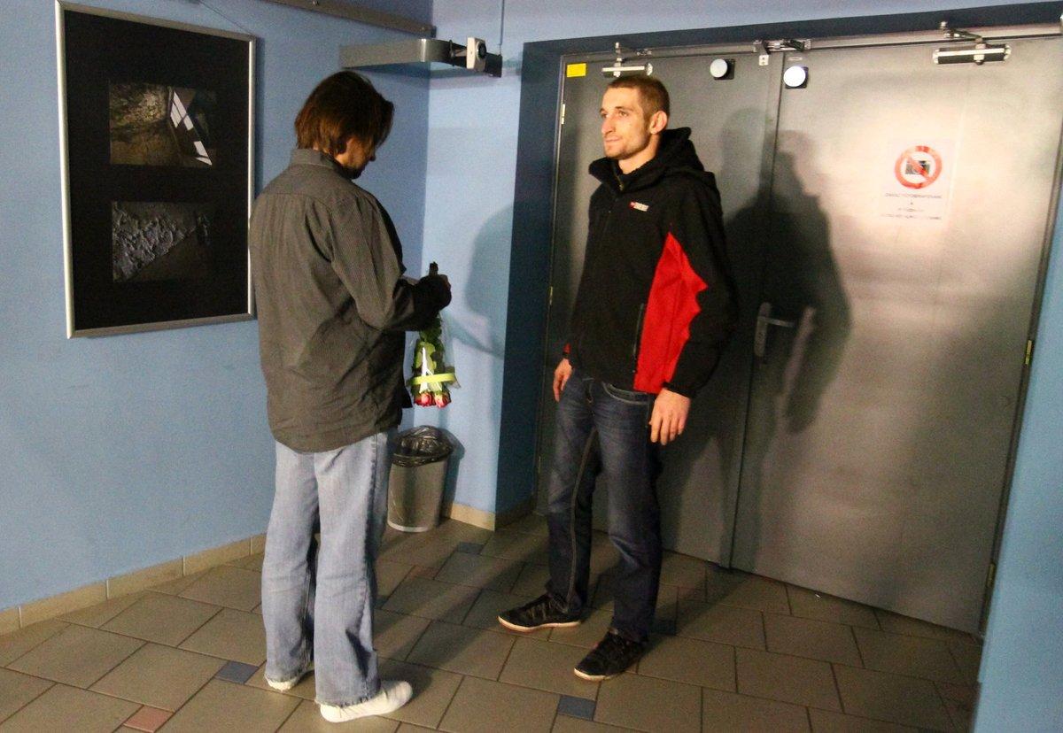 rychtář s macurou jí pěkně zavařili.BRIKA, 25. listopadu, 19:53  Zdeněk Macura se objevil před dveřmi do sálu, kde Iveta zpívá.