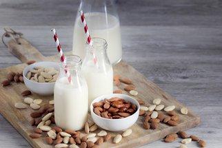 Domácí mandlové mléko: Chutnější, levnější a bez zbytečných éček